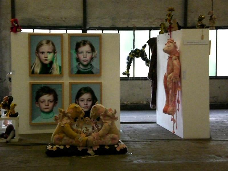 CAR 2009, Zolverein, Deutschland, stand galerie Ververs, overview, teddybear blanket statues, 2009