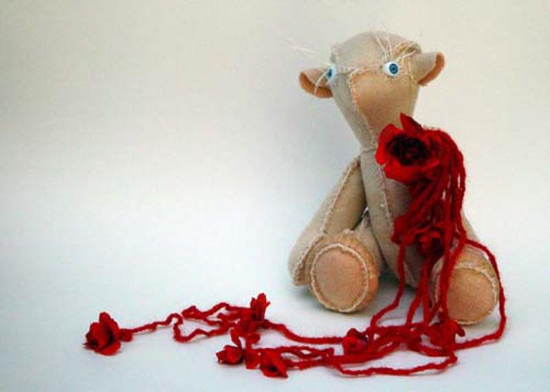 Bloeien (bleeding), teddy bear, blanket statue, 2008, 20x22x30 cm.